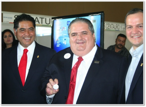 El Director General de SANILOCK en compañía del Gobernador de Durango, Jorge Herrera Caldera (izquierda) y del Presidente del Colegio de Arquitectos de Nuevo León César Rodarte (derecha), muestran el pedido premiado.
