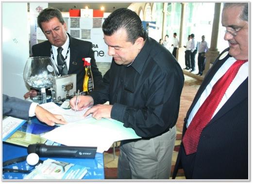 El Notario Público Lic. Guillermo Lucero da fe de la transparencia de la 1era. Rifa de Aniversario.